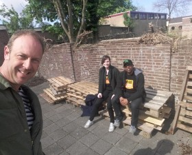Bankjes voor Place2Be tuin mak..